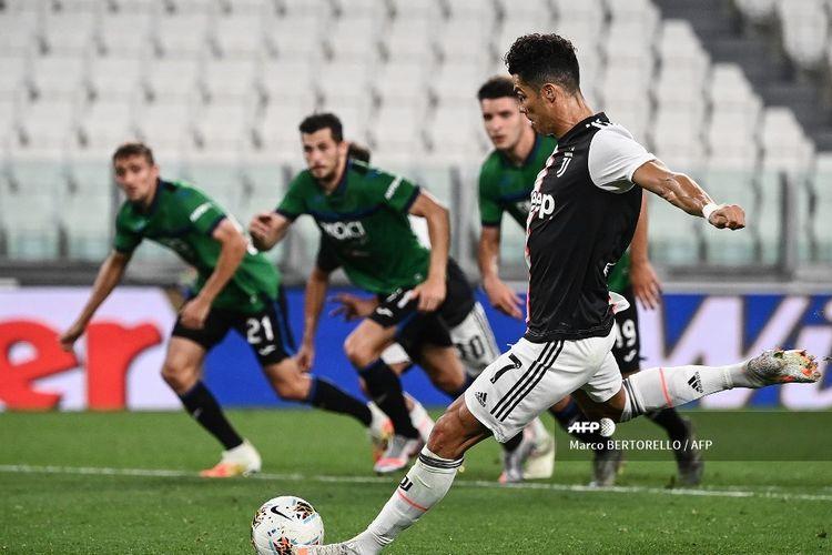 Cristiano Ronaldo saat mencetak gol penalti dalam pertandingan Liga Italia, Juventus vs Atalanta, di Stadion Allianz, Minggu (12/7/2020) dini hari WIB.