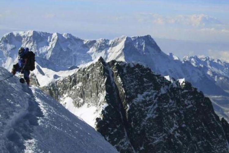 Pendaki beristirahat di jalur pendakian menuju puncak Gunung Everest, di Khumbu, Nepal, 18 Mei 2013.