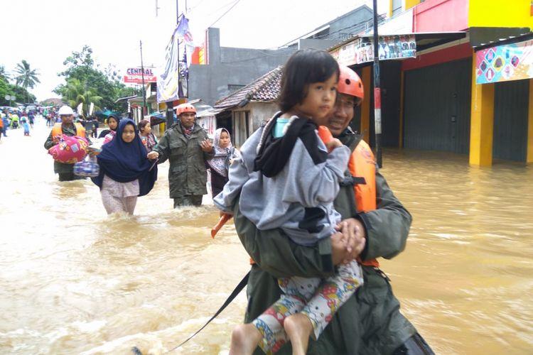 Puluhan warga dievakuasi lantaran banjir merendam pemukiman di Kecamatan Labuan, Kabupaten Pandeglang, Selasa (1/1/2019)