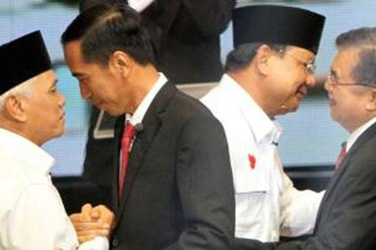 Pasangan capres dan cawapres, Prabowo-Hatta Rajasa dan Jokowi-Jusuf Kalla bersalaman saat acara debat di Balai Sarbini, Jakarta, Senin (9/6/2014).
