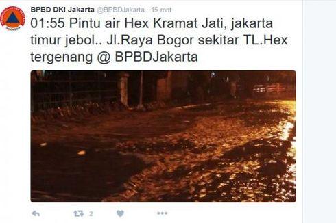 Pintu Air Jebol, Luapan Air Genangi Jalan di Kramat Jati