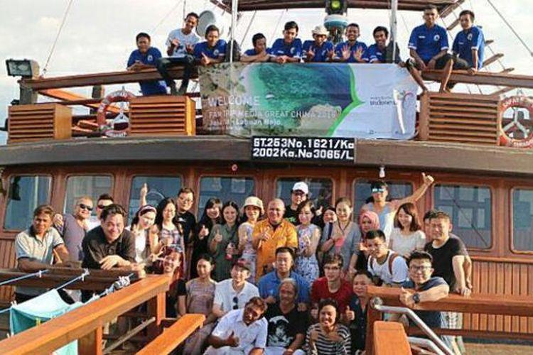 Peserta famtrip ke Labuan Bajo, Nusa Tenggara Timur, yang terdiri dari para jurnalis China berfoto bersama dengan Asdep Pengembangan Pasar Asia Pasifik, Vinsensius Jemadu (tengah mengenakan kaus kuning) dan awak kapal pinisi Sea Safari VII, Sabtu (11/6/2016).