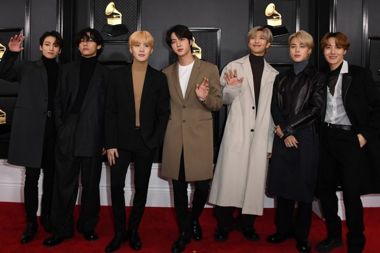Boyband asal Korea Selatan BTS berpose di karpet merah Grammy Awards 2020 di Los Angeles, California, Minggu (26/1/2020).