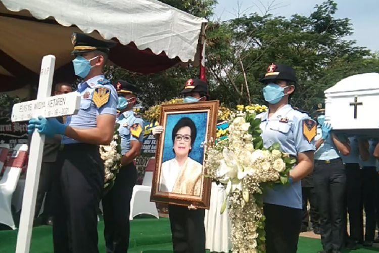 Istri Menteri Hukum dan HAM Yasonna Laoly, Elisye W Ketaren dimakamkan di San Diego Hills, Blok Sunrise BB72 Nomor 2, Karawang, Jawa Barat, Sabtu (11/6/2021).