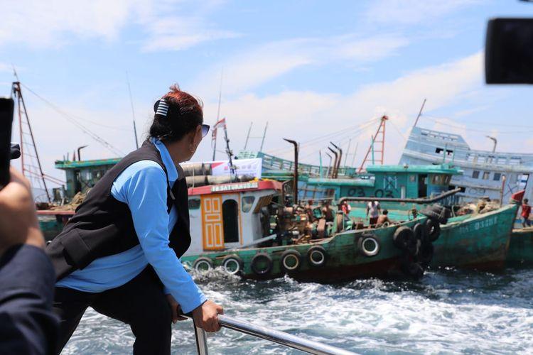 Menteri Kelautan dan Perikanan Susi Pudjiastuti melihat penenggelaman 13 kapal nelayan pencuri ikan di Pulau Datuk, Kabupaten Mempawah, Kalimantan Barat, Sabtu (4/5/2019)