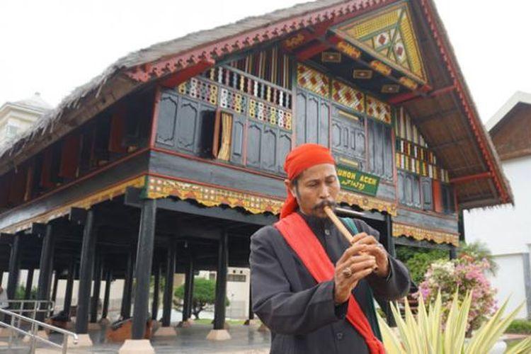 Muda Baliya, seniman hikayat Aceh. Hikayat adalah bentuk akulturasi budaya Islam bidang seni sastra.