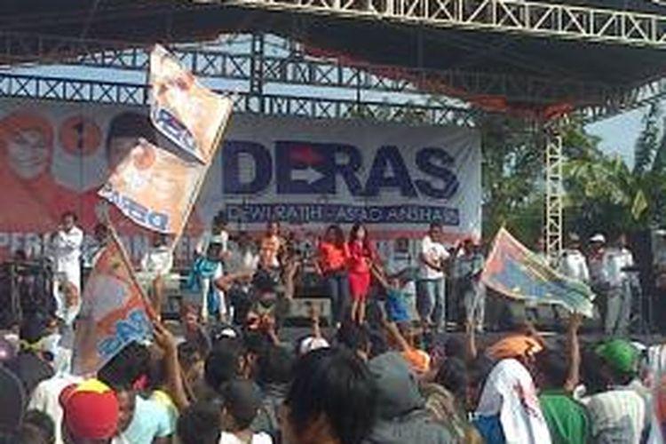 Suasana kampanye pasangan Dewi Ratih-As'ad Asnhari (Deras), yang dimeriahkan Once dan musik dangdut.