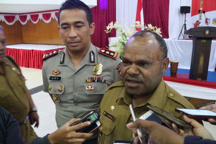 Bupati Puncak Jaya Yuni Wonda didampingi Kapolres Puncak Jaya AKBP Ary Purwanto saat memberikan keterangan kepada pers kepada wartawan, Senin (20/8/2018).