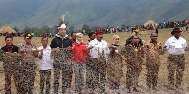 Sebuah Noken sepanjang 30 meter dinobatkan sebagai tas Noken terbesar di dunia oleh Museum Rekor Dunia-Indonesia (MURI). Tas raksasa itu ditampilkan pada acara pembukaan Festival Budaya Lembah Baliem (FBLB) di Papua, Rabu (7/8/2019).