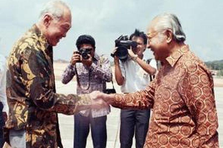 Inilah salah satu momen saat Presiden Indonesia Soeharto saat bertemu dengan Perdana Menteri Singapura Lee Kuan Yew. Kedua pemimpin Asia Tenggara ini dikenal menjalin persahabatan yang sangat dekat.