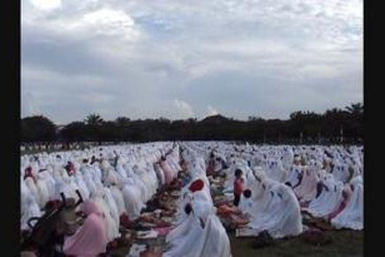 Ribuan warga Kota Banda Aceh berkumpul di Lapangan Blang Padang Banda Aceh, Selasa (15/10/13) melaksanakan ibadah shalat Idul Adha 1434H. ***** K12-11