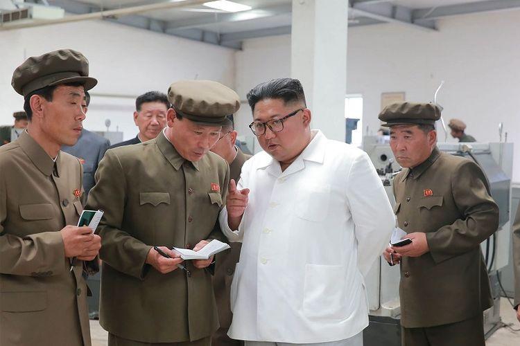 Dalam foto ini terlihat pemimpin Korea Utara Kim Jong Un meninjau pabrik mesin 1 September di kompleks tambang batu bara Ranam, provinsi Hamgyong Utara.