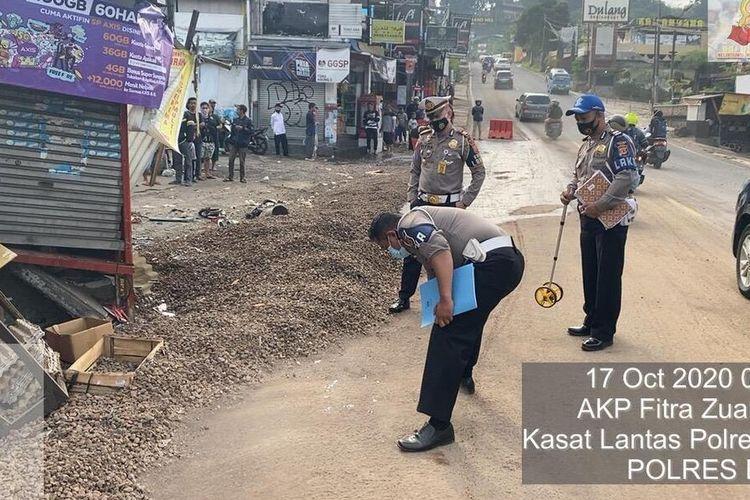 Petugas Kepolisian sedang mengevakuasi kendaraan yang terlibat kecelakaan beruntun yang mengakibatkan 5 orang tewas di Jalan Raya Puncak Bogor, Kampung Sampay, Desa Tugu Utara, Kecamatan Cisarua, Kabupaten Bogor, Jawa Barat, Sabtu (17/10/2020).
