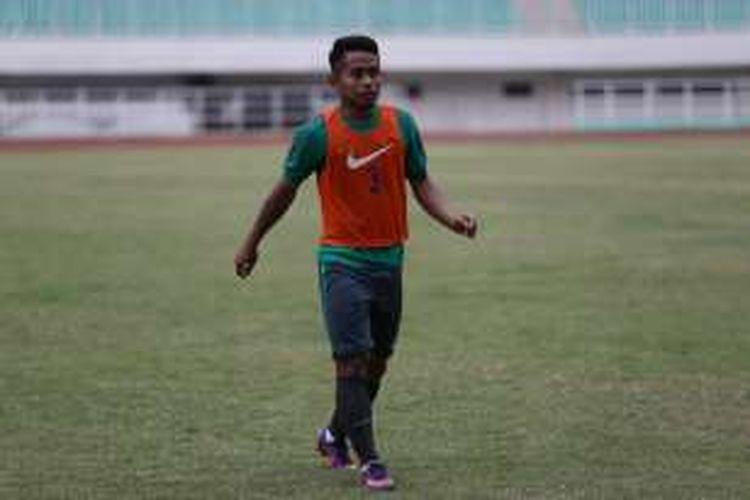 Sejumlah pemain tim nasional sepak bola Indonesia menjalani sesi latihan di Stadion Pakansari, Cibinong, Bogor, Jawa Barat, Rabu (30/11/2016). Latihan yang berlangsung tertutup ini rencananya akan dilakukan dua kali sehari pada pagi dan sore.