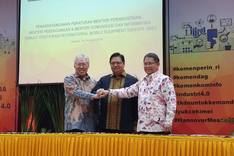 Menteri Komunikasi dan Informatika Rudiantara (kanan), Menteri Perindustrian Airlangga Hartarto (tengah), dan Menteri Perdagangan Enggartiasto Lukita usai menandatangani Peraturan Menteri terkait pemblokiran ponsel BM via IMEI di kantor Kementerian Perindustrian di Jakarta, Jumat (18/10/2019).
