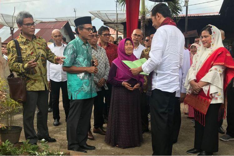 Presiden Joko Widodo saat menyerahkan lembaran sertifikat tanah kepada keluarga/ahli waris tokoh pers dan sastra Indonesia Djamaluddin Adinegoro, Kamis (8/2/2018).