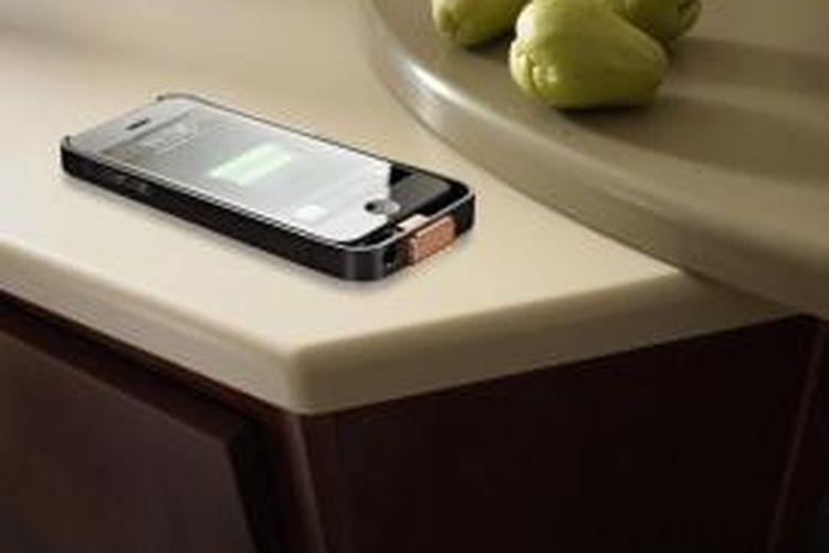 Sekilas, permukaan meja dapur buatan DuPont Corian ini tampak sederhana. Permukaannya halus, licin, dan tersedia dalam berbagai warna seperti permukaan meja dapur pada umumnya. Hanya, permukaan meja dapur ini mampu mengisi (charge) baterai ponsel secara nirkabel.