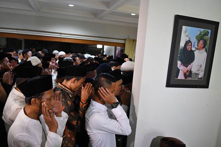 Sejumlah kerabat menshalatkan jenazah KH Salahuddin Wahid atau Gus Sholah di rumah duka di Mampang Prapatan, Jakarta, Senin (3/2/2020) dini hari. Ulama yang jugaadik kandung Presiden ke-4 RI Abdurrahman Wahid atau Gus Dur itu meninggal dunia usaikritis pascaoperasi jantung di Rumah Sakit Jantung Harapan Kita, Jakarta.