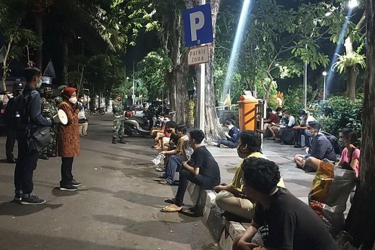Wali Kota Surabaya Tri Rismaharini pimpin operasi protokol kesehatan di Taman Bungkul, Kota Surabaya, Sabtu (17/10/2020) malam.