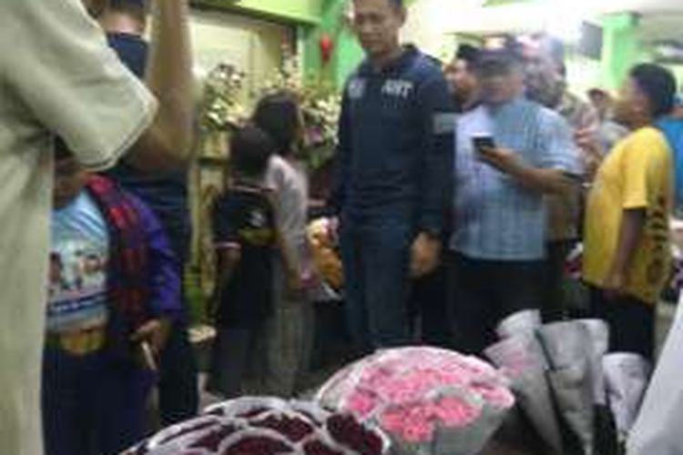 Bakal calon gubernur DKI Jakarta dari Koalisi Cikeas, Agus Harimurti Yudhoyono mengunjungi Pasar Rawa Belong di Jakarta Barat, Kamis (20/10/2016). Dalam kunjungan itu, Agus berkeliling ke pasar dan membeli bunga.