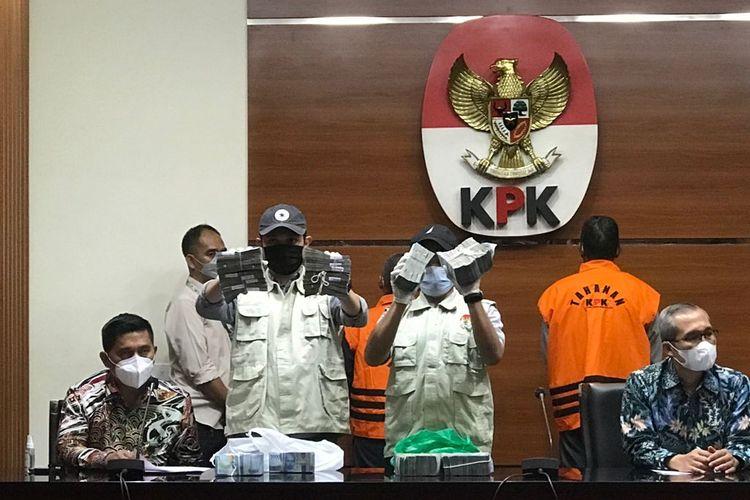 Komisi Pemberantasan Korupsi mengamankan Rp 345 Juta dalam Operasi Tangkap Tangan (OTT) di Kabupaten Hulu Sungai Utara, Kalimantan Selatan pada Rabu (15/9/2021) malam.