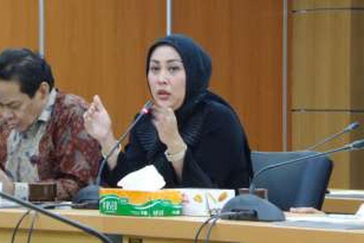 Anggota Komisi B DPRD DKI Jakarta Nur Afni Sajim saat di rapat membahas kelanjutan kebijakan pelat ganjil genap bersama Dinas Perhubungan dan Transportasi DKI Jakarta, Senin (18/7/2016).