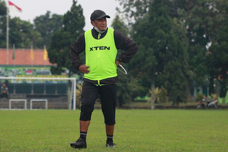 Pelatih Madura United, Rahmad Darmawan, memimpin sesi latihan timnya di Lapangan Pusdikpom, Cimahi, Jumat (19/03/2021) sore WIB.