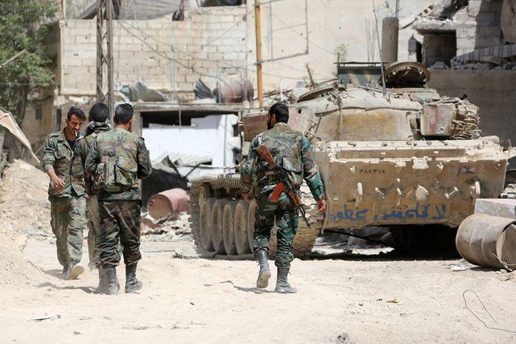 Tentara Suriah terlihat berkumpul di wilayah pinggiran timur Douma, 8 April 2018. Pemerintah Suriah dilaporkan telah mengosongkan sejumlah gedung militernya demi menghindari serangan militer negara Barat.