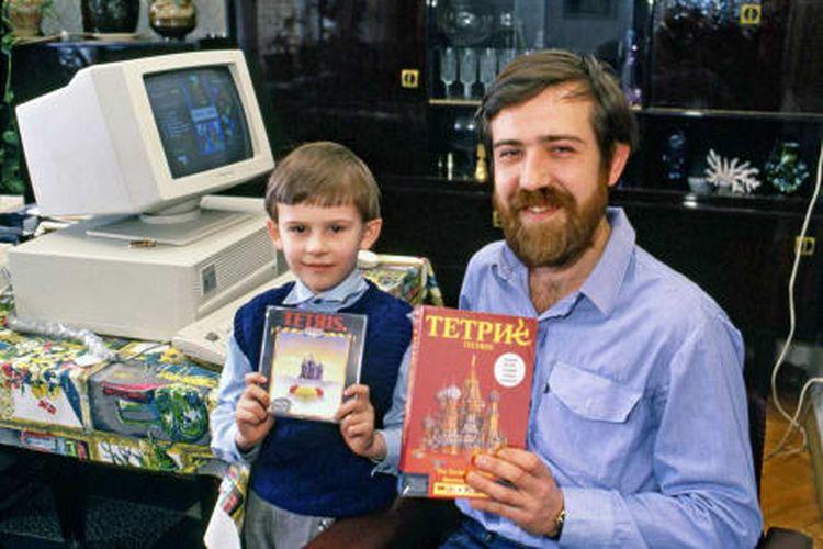 Pajitnov dan anaknya menggenggam versi PC dari Tetris yang dirilis di Inggris dan Amerika Serikat pada 1989.