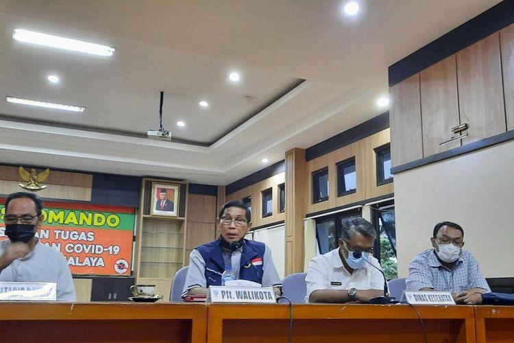 Plt Wali Kota Tasikmalaya Muhammad Yusuf, memberikan keterangan Pers perkembangan covid-19 di Bale Kota Tasikmalaya, Senin (21/6/2021).