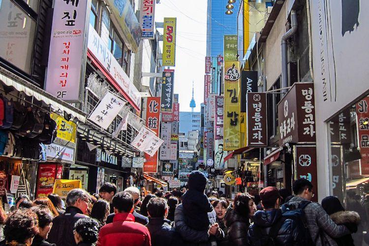 Myeongdong dikenal sebagai surga belanja, khususnya untuk produk kosmetik dan perawatan kulit di Seoul, Korea Selatan.