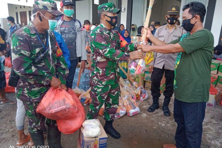 Pengungsi yang kembali ke rumah masing-masing dibekali sembako dan peralatan kebersihan rumah setelah banjir di Kelurahan Gambut, Kabupaten Banjar, Kalsel, mulai surut pada, (26/1/2021).