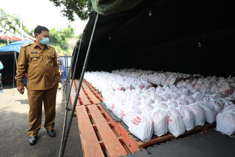 Wali Kota Madiun Maidi mengecek stok bantuan pangan bagi warga terdampak Covid-19 di Posko Sembako Pemkot Madiun.