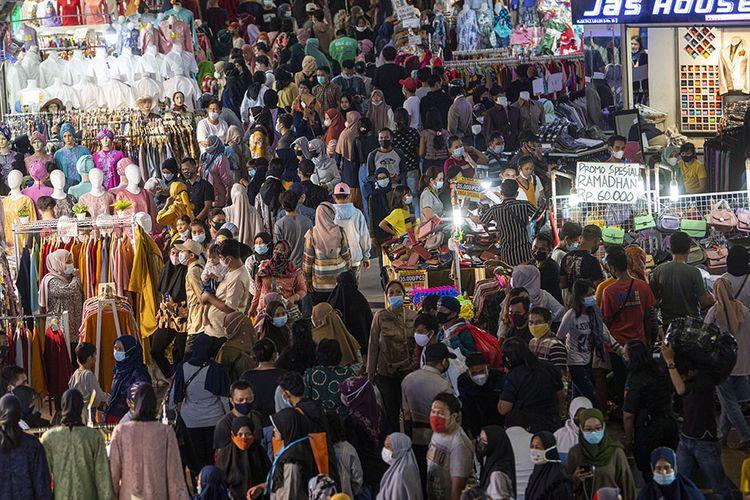 Sejumlah warga memadati Blok B Pusat Grosir Pasar Tanah Abang untuk berbelanja pakaian di Jakarta Pusat, Minggu (2/5/2021). Gubernur DKI Anies mengakui adanya lonjakan pengunjung di pusat tekstil terbesar se-Asia Tenggara tersebut, dari sekitar 35.000 pengunjung pada hari biasa menjadi sekitar 87.000 orang pada akhir pekan ini sehingga pihaknya menyiagakan sekitar 750 petugas untuk menjaga kedisiplinan protokol kesehatan untuk mencegah penularan COVID-19.