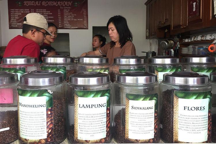 monika pemilik kedai sedang melayani pengunjung kedai kopinya