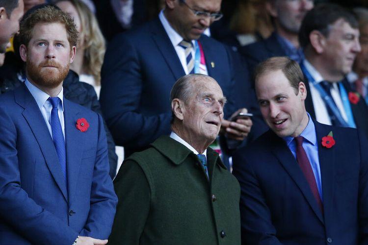 Dalam foto file 31 Oktober 2015 ini Pangeran Harry (kiri), dan saudaranya Pangeran William (kanan) berdiri bersama kakek mereka Duke of Edinburgh di Stadion Twickenham, London.