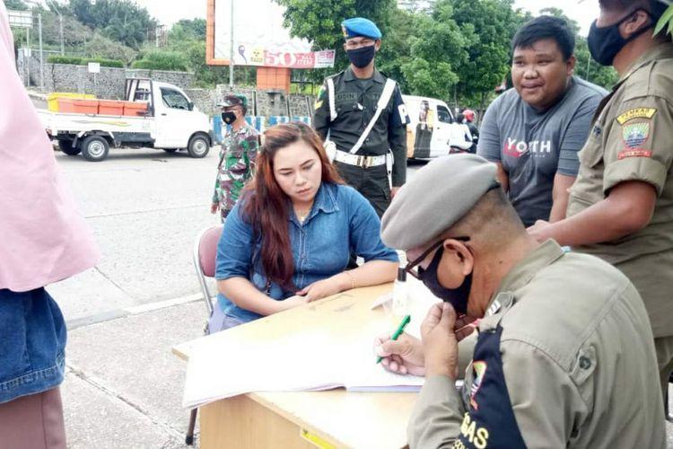 Satpol PP Sumedang tindak pelanggar protokol kesehatan di wilayah Sumedang kota, Rabu (30/12/2020). AAM AMINULLAH/KOMPAS.com
