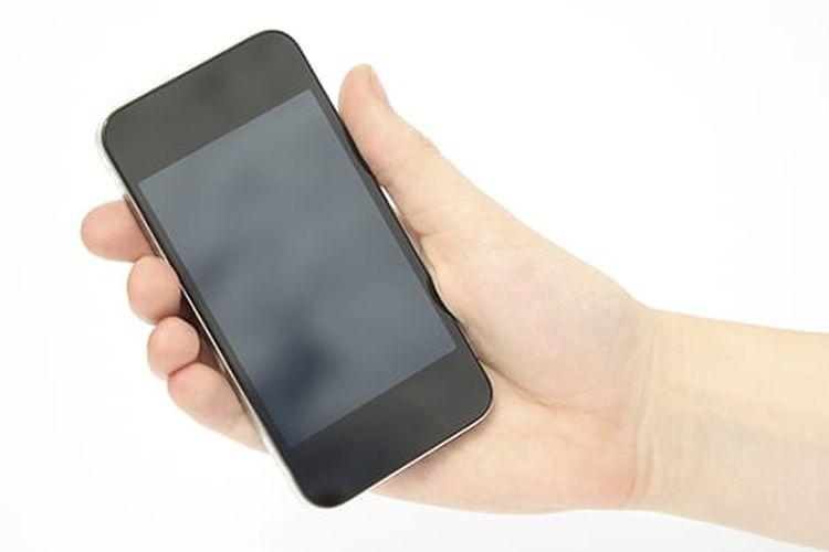 Ilustrasi smartphone digenggam.