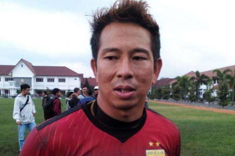 Kiper Persib I Made Wirawan saat ditemui usai latihan di Lapangan Sesko AD, Jalan Gatot Subroto, Senin (7/3/2016).