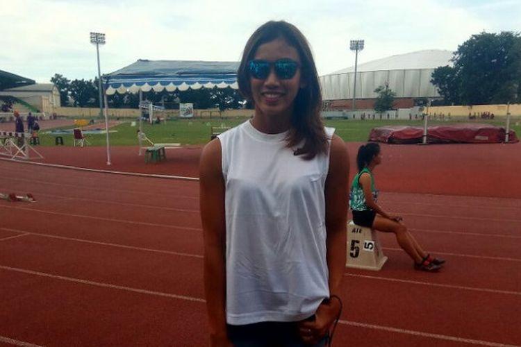 Pelari 100 meter gawang Indonesia, Emilia Nova, berpose saat menghadiri Kejuaraan Nasional Atletik 2017 di Stadion Atletik Rawamangun, Jakarta, Jumat (8/12/2017).