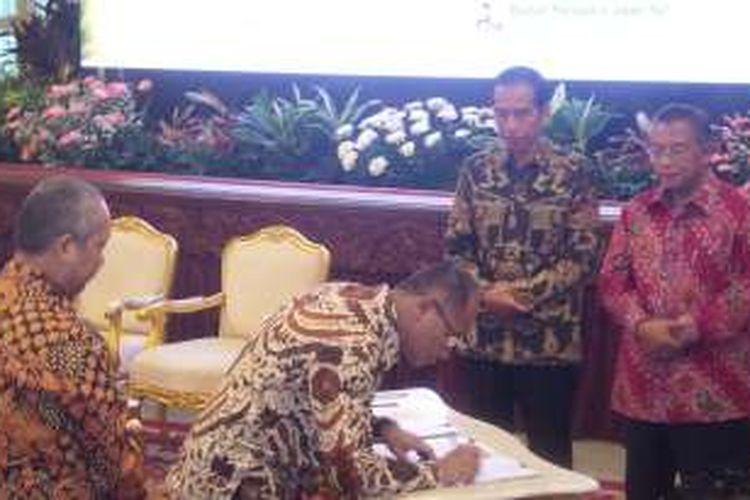 Presiden Joko Widodo dan Menteri Koordinator Perekonomian Darmin Nasution menyaksikan acara penandatanganan financial closing enam proyek infrastruktur di Istana Negara, Kamis (9/6/2016).