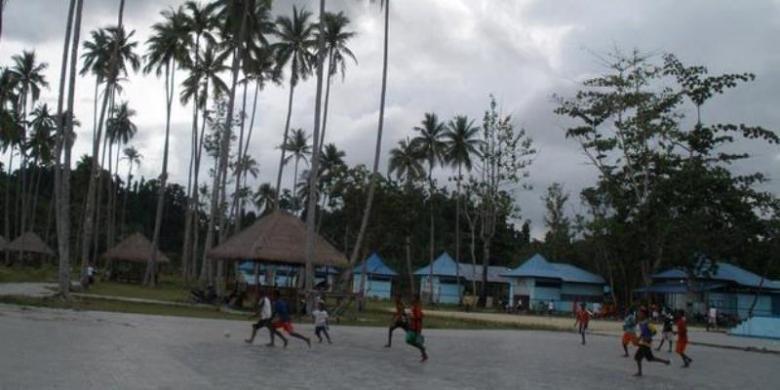 Suasana sore hari di Pantai Waisai Torang Cinta (WTC), Raja Ampat, Papua Barat.