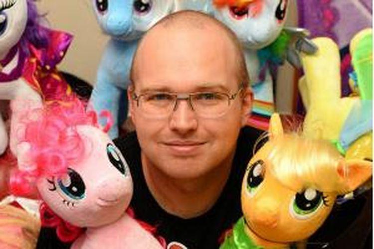 Ian Taylor kolektor boneka My Little Pony di Inggris.