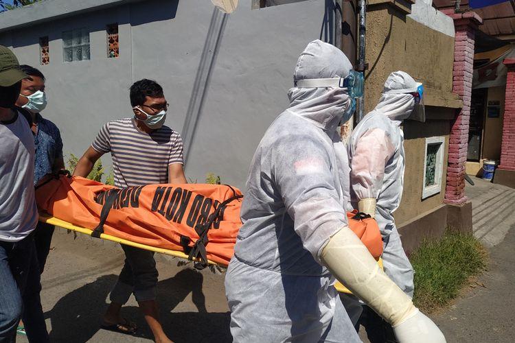 Jenasah William Hamilton Mackenzie (73) dievakuasi dengan standar penanganan Covid - 19 usai ditemukan meninggal dalam kamar kosnya di Jalan Tukad Nyali gang VIII No 3, Sanur, Denpasar pada Selasa (18/08/2020)