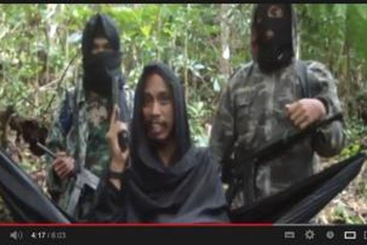 Seorang lelaki yang diduga buronan teroris Santoso alias Abu Wardah di Youtube.