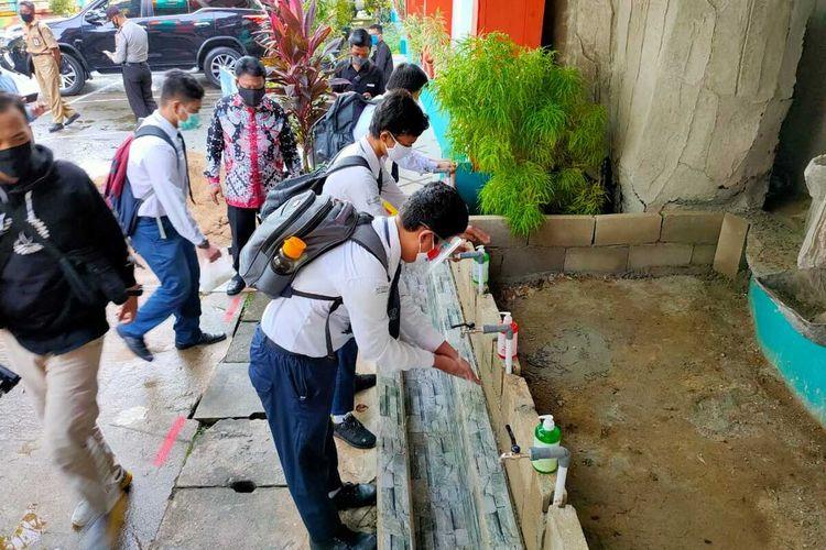 Sebanyak 30 siswa Kelas IX SMP Negeri 1 Pontianak, Kalimantan Barat, mengikuti simulasi pembelajaran tatap muka sesuai protokol kesehatan, Selasa (1/9/2020). Dari jumlah tersebut, siswa dibagi menjadi dua kelas.