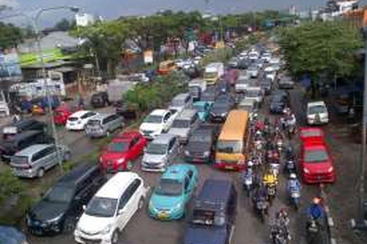 Antrean kendaraan di Jalan Dr. Djunjunan pasca banjir akibat hujan lebat, Senin (24/10/2016).