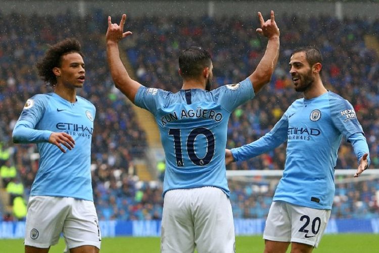 Leroy Sane dan Bernardo Silva merayakan gol Sergio Aguero pada laga Cardiff City vs Manchester City dalam lanjutan Premier League di Cardiff, 22 September 2018.