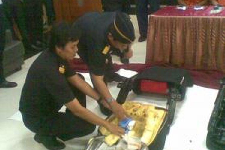 Kantor Pengawasan dan Pelayanan Bea dan Cukai Juanda menunjukkan jok mobil yang digunakan untuk menyembunyikan sabu-sabu dari Kuala Lumpur, Malaysia, Senin (7/10/2013).
