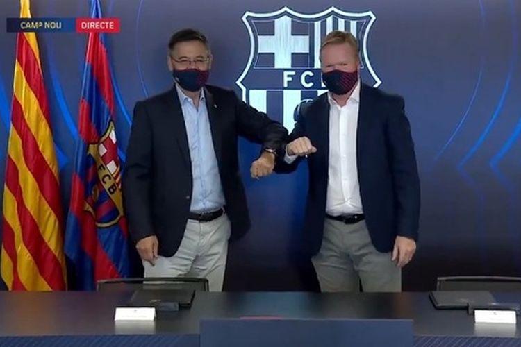 Pelatih baru FC Barcelona, Ronald Koeman, berpose bersama Presiden Josep Maria Bartomeu pada Rabu (19/8/2020).